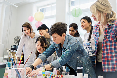 Female artist leading painting art class - p1192m2066758 by Hero Images