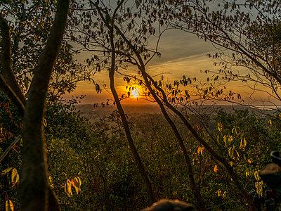 Sonnenuntergang in Kambodscha - p393m1452283 von Manuel Krug