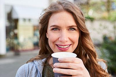 Frau mit Kaffeebecher - p890m1440018 von Mielek