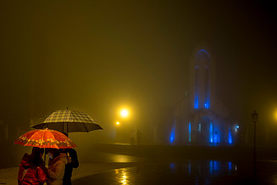 Misty street scene in the center of Sapa on a rainy night, Lao Cai Province, Vietnam, Southeast Asia - p934m1071276 by Linh Pham photography