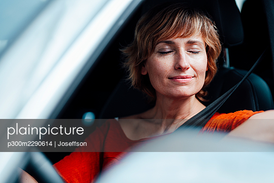 Businesswoman sitting with eyes closed in car - p300m2290614 by Joseffson