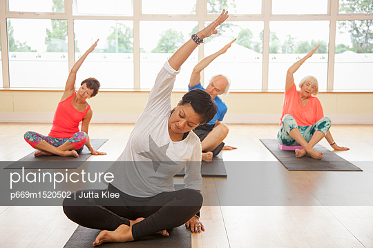 plainpicture | Photo library for authentic images - plainpicture p669m1520502 - Yoga Class - plainpicture/Ableimages/Jutta Klee