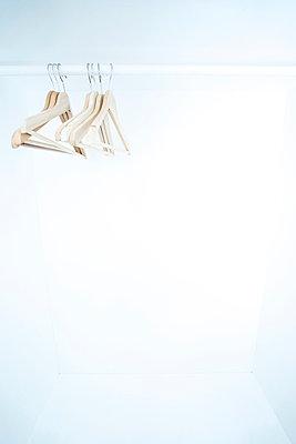 Mehrere Kleiderbügel in leerem Schrank - p1180m1017238 von chillagano