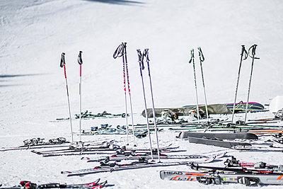 Skiausrüstung im Schnee - p1243m1091278 von Archer
