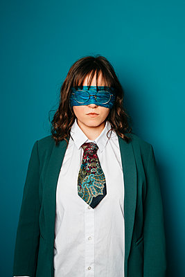 Blindfolded woman with glasses, portrait - p1621m2254243 by Anke Doerschlen
