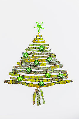 Christmas tree shaped of mossy branches and Christmas decoration - p300m1166808 by Gaby Wojciech
