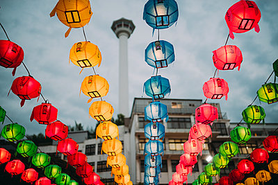 South Korea, Seoul, colorful lanterns, Busan Tower in the background - p300m1587697 von Gemma Ferrando
