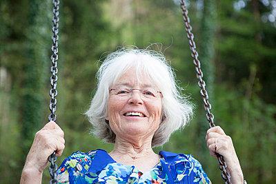 ältere Frau schaukelt - p505m1031133 von Iris Wolf