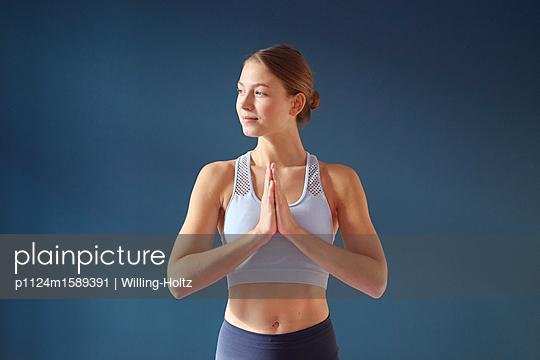 Junge Frau macht Yoga - p1124m1589391 von Willing-Holtz