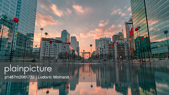 Futuristic cityspace reflection at sunset in Paris - p1487m2081732 by Ludovic Mornand