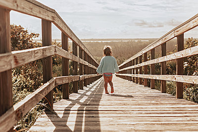 Walking to the beach for the first time - p1166m2088700 by Cavan Images