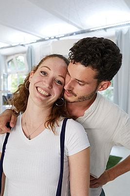 Young couple - p276m2115621 by plainpicture