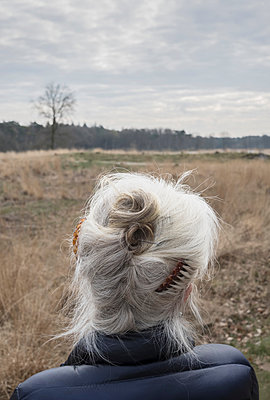Rear view of gray haired senior woman, Breda, North Brabant, Netherlands - p429m1447919 by Mischa Keijser