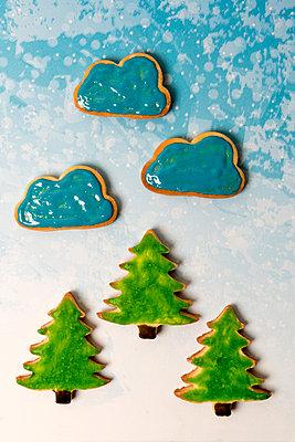 Gebackene Tannenbäume mit Wolken - p451m2086947 von Anja Weber-Decker