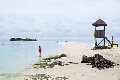 Turm auf der Insel Mataking - p842m1558886 von Renée Del Missier