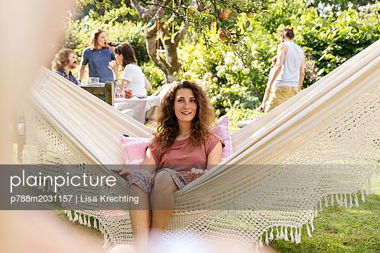 Freunde im Schrebergarten - p788m2031157 von Lisa Krechting