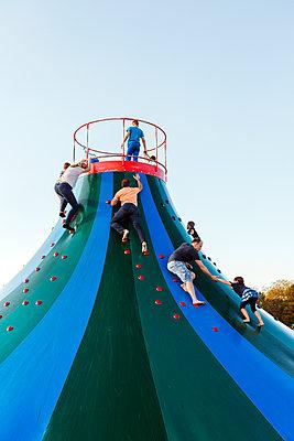 Eltern und Kinder auf einem Spielplatz - p1271m1548216 von Maurice Kohl