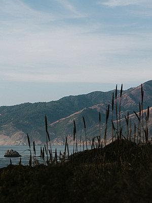 USA, California, Mountains by the ocean - p1507m2272670 by Emma Grann