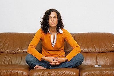Frau mit Handy auf Sofa - p2200588 von Kai Jabs