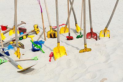 Viele Schaufeln im Sand - p451m1057376 von Anja Weber-Decker