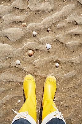 Gelbe Gummistiefel am Strand - p464m2026434 von Elektrons 08
