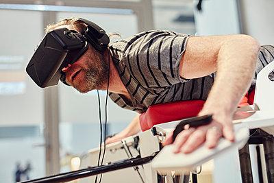 Mann mit VR-Brille auf dem Birdly - p913m1475173 von LPF