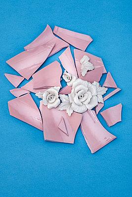 Broken vase - p971m2269900 by Reilika Landen