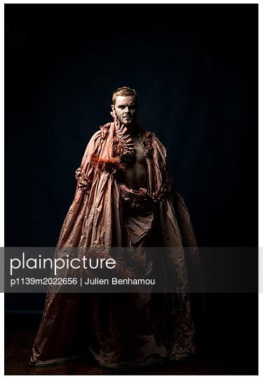 Mann im Kostüm - p1139m2022656 von Julien Benhamou