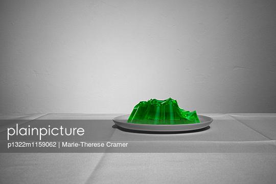 Ein angegessener Wackelpudding auf einem Teller - p1322m1159062 von Marie-Therese Cramer