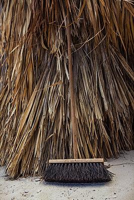 Besen vor Strohhütte - p045m2008095 von Jasmin Sander