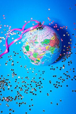 Globus als Christbaumkugel - p1149m2038767 von Yvonne Röder