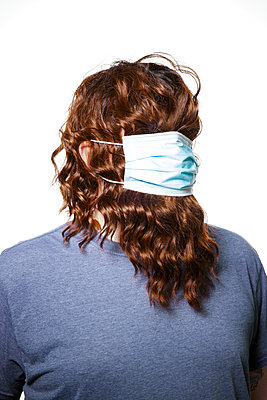Long-haired man with surgical mask, portrait - p930m2253777 by Ignatio Bravo