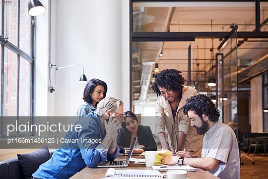 plainpicture | Photo library for authentic images - plainpicture p1166m1486125 - Business people discussing ... - plainpicture/Cavan Images