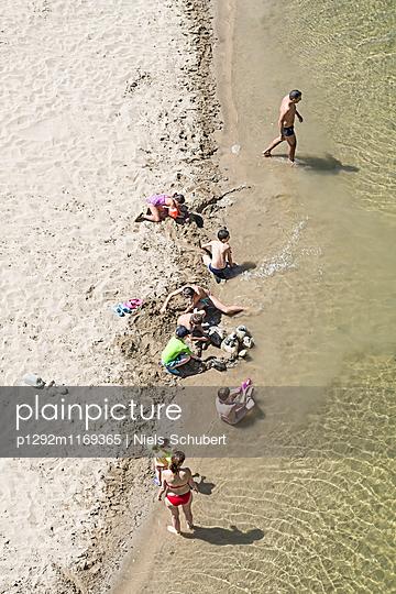 Badeurlauber am Strand - p1292m1169365 von Niels Schubert