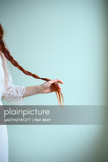 Red-haired woman - p427m2181277 by Ralf Mohr