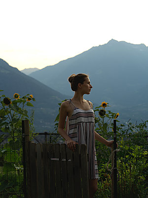 Young woman in the morning with mountain range in background - p1376m2107364 by Melanie Haberkorn