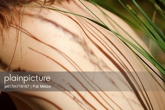 Gräser am Rücken - p417m716167 von Pat Meise