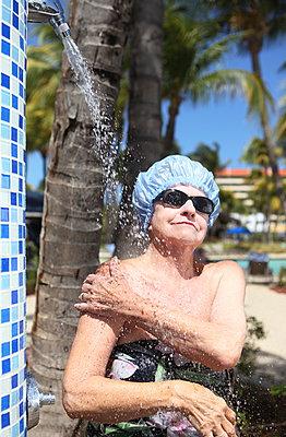 Ältere Frau unter der Dusche - p045m907322 von Jasmin Sander