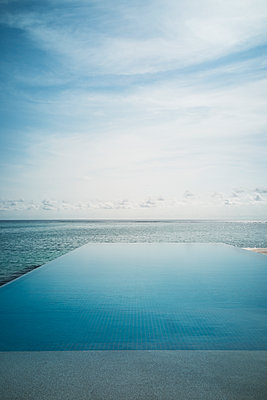 Tranquil blue infinity pool and ocean, Maldives, Indian Ocean - p1023m2024454 by Martin Barraud