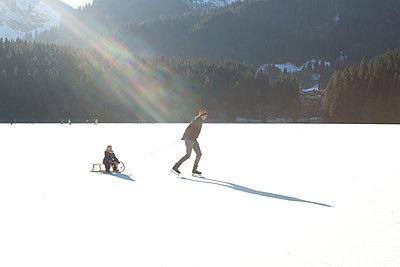 Winterspaß - p454m1208730 von Lubitz + Dorner