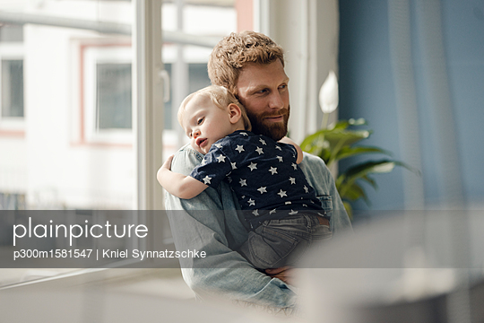 Father spending time with his son at home - p300m1581547 von Kniel Synnatzschke