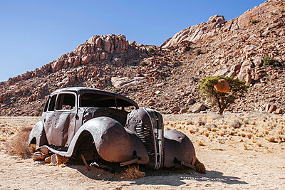 Car wreck - p1065m885957 by KNSY Bande