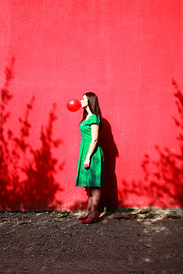 Woman doing bubble with chewing gum - p1105m2082580 by Virginie Plauchut
