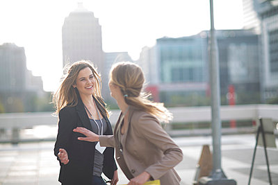 Businesswoman saying good bye to her colleague - p300m975533f by zerocreatives