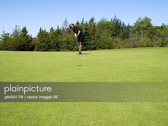 Senioren beim Golf spielen  - p6430179f von senior images RF