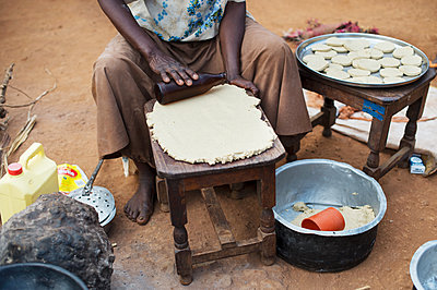 Africa, Uganda, Elderly woman preparing food - p1167m2283477 by Maria Schiffer