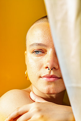 Young woman with shaved hair, Portrait - p1567m2172666 by Claire Picheyre