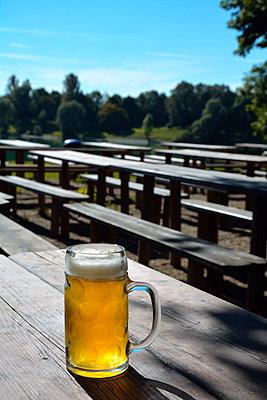 bier im biergarten - p876m1207388 von ganguin