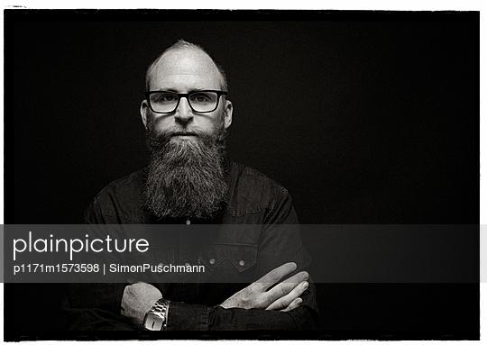 Nachdenklicher Mann mit Bart - p1171m1573598 von SimonPuschmann