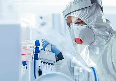 Scientist in medical research facility researching for Covid-19 vaccine. - p429m2191064 by Monty Rakusen